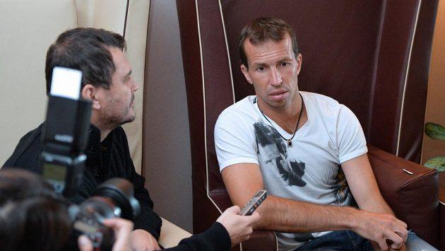 Radek Štěpánek s novináři před odletem do Indie na baráž o účast ve Světové skupině Davisova poháru.