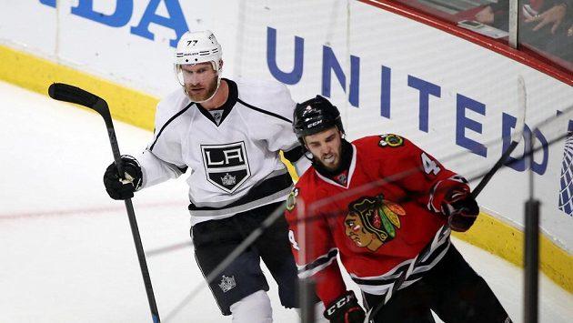 Jef Carter z Los Angeles (vlevo) se raduje z gólu, který vstřelil Chicagu. Vpravo obránce Blackhawks Niklas Hjalmarsson.