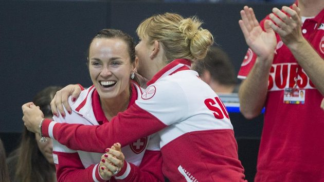 Tenistky Švýcarska, vlevo Martina Hingisová a vpravo Timea Bacsinszká oslavují vítězství Viktorije Golubicové nad Karolínou Plíškovou.