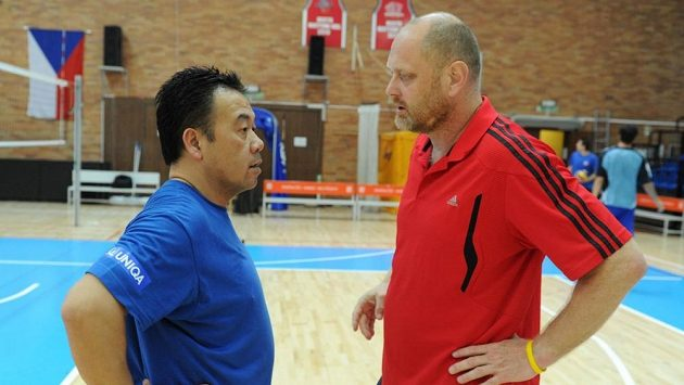 Trenér volejbalové reprezentace Zdeněk Šmejkal (vpravo) a Steward Bernard.