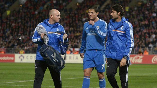 Cristiano Ronaldo (uprostřed) opouští trávník v Almeríi.