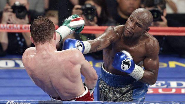 Floyd Mayweather (vpravo) v duelu se Saúlem Álvarezem.