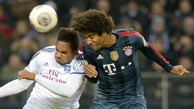 Dante (vpravo) dává jeden z gólů Bayernu v německém pohárovém čtvrtfinále. Vlevo hamburský Jonathan Tah.