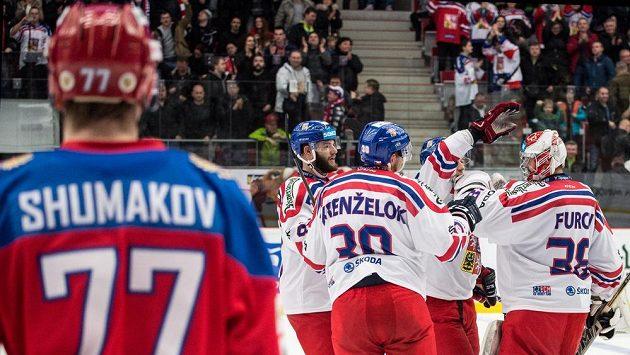 Hokejisté české reprezentace slaví výhru nad Ruskem. Vlevo je střelec prvního gólu sborné Sergej Šumakov.