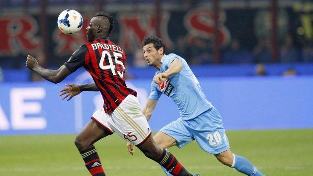 Mario Balotelli (vlevo) si kryje míč před dotírajícím Blerimem Džemailim z Neapole v zápase italské Serie A.
