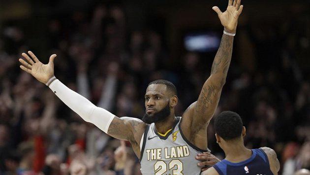 LeBron James rozhodl blokem a vítěznou střelou s klaksonem dramatický zápas NBA Clevelandu s Minnesotou.
