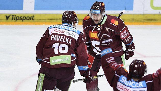 Z gólu se radují hráči Sparty (zleva) Tomáš Pavelka, autor branky Jaroslav Hlinka a Roberts Bukarts. A můžou se těšit na předkolo play off.