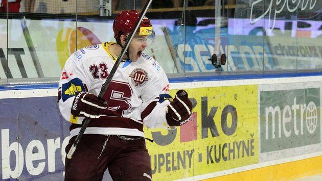 Útočník Sparty Lukáš Pech se raduje z gólu do sítě Pardubic.