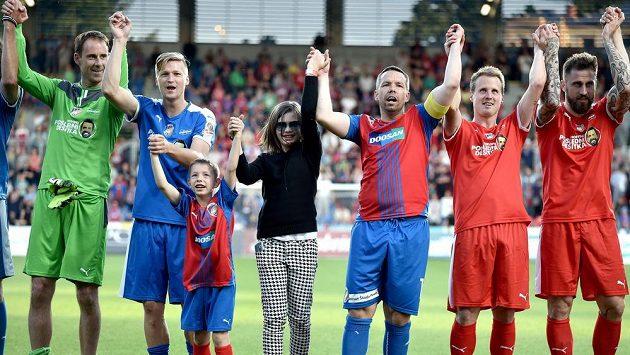 Fotbalový záložník Pavel Horváth (třetí zprava) s dcerou Adrianou a synem Patrikem během benefičního zápasu v plzeňské Doosan Areně.