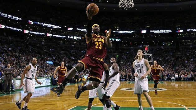 LeBron James v utkání s Bostonem.