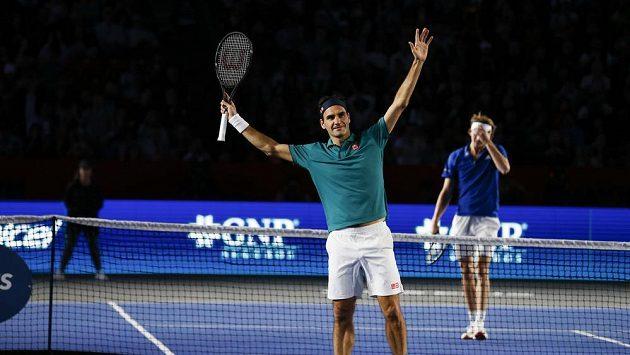Švýcar Roger Federer se raduje z vítězství nad Němcem Alexandrem Zverevem na tenisové exhibici v Mexiku.