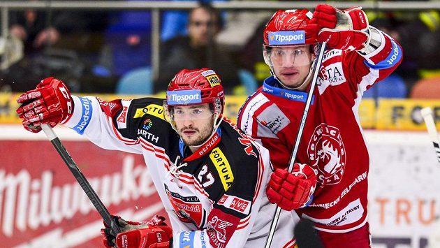 Hradecký útočník Rastislav Dej (vlevo) v souboji s Davidem Noskem z Třince v zápase 37. kola hokejové Tipsport extraligy.