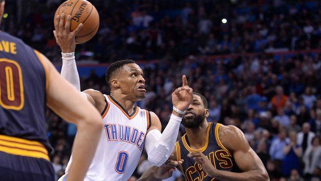 Russell Westbrook (0) z Oklahomy se prodírá obranou Clevelandu.