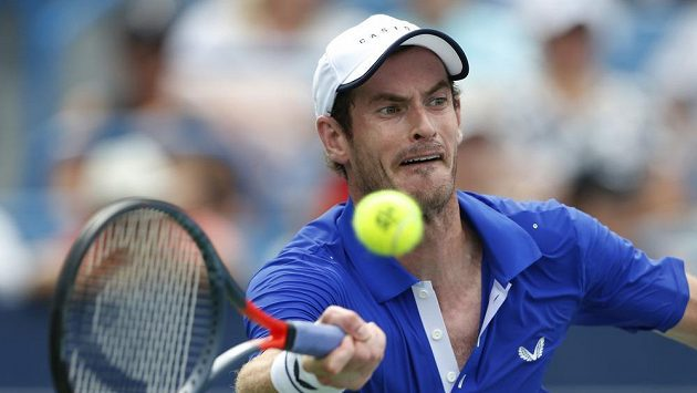 Brit Andy Murray při utkání s Francouzem Richardem Gasquetem v Cincinnati.