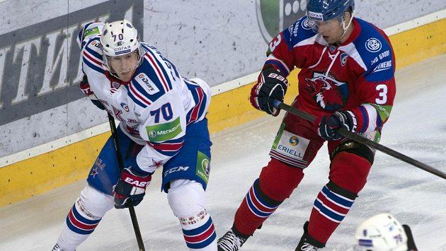 Útočník Petrohradu Roman Červenka (vlevo) a Topi Jaakola ze Lva v utkání Kontinentální hokejové ligy.