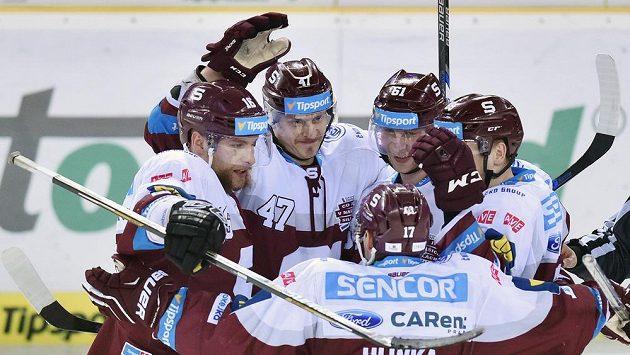 Hokejisté Sparty se radují z třetího gólu proti Liberci. Zleva Adam Polášek, Jan Buchtele, Jaroslav Hlinka, Lukáš Klimek a Miroslav Forman.