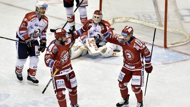 Třinečtí hokejisté slaví gól v Pardubicích. Jeho autorem byl Jiří Polanský (vpravo).