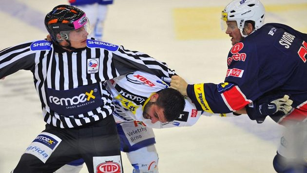 Brněnský hokejista Tomáš Svoboda (vpravo).