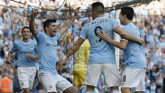Útočník Sergio Agüero (druhý zleva) se raduje se spoluhráči z Manchesteru City z gólu do sítě rivala z United.