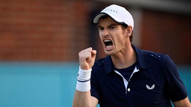 Britský tenista Andy Murray v akci na turnaji v Queensu. Spojí se pro Wimbledon s americkou hvězdou?