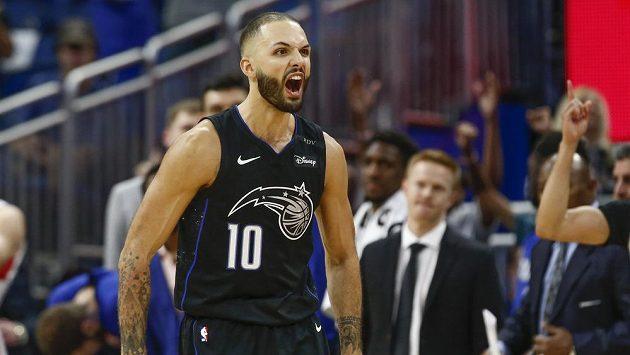 Francouzský basketbalista Evan Fournier z Orlanda oslavuje svoji vítěznou střelu, kterou rozhodl souboj s Detroitem v zámořské NBA.