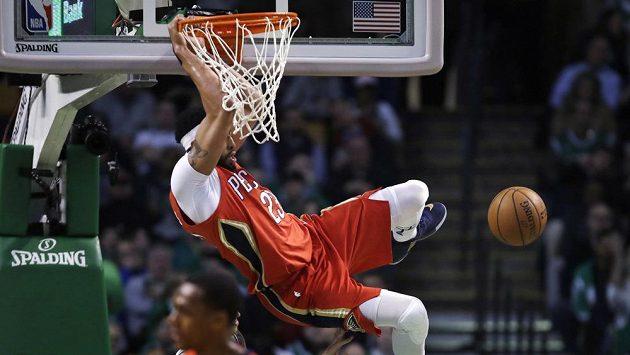 Anthony Davis z New Orleans smečuje v zápase proti Bostonu.