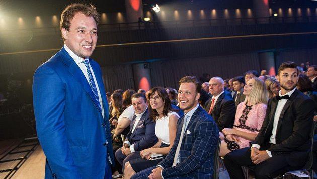 Útočník Jan Kovář (vlevo) během slavnostního vyhlášení ankety Zlatá hokejka ve Fórum Karlín v Praze.