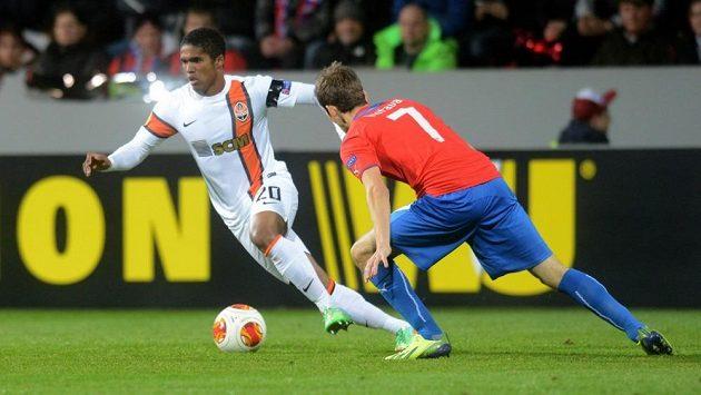 Fotbalista Šachtaru Doněck Douglas Costa (vlevo) v souboji s plzeňským záložníkem Tomášem Hořavou.