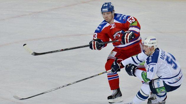 Ondřej Němec ze Lva (vlevo) a Denis Mosaljov z Dynama Moskva.