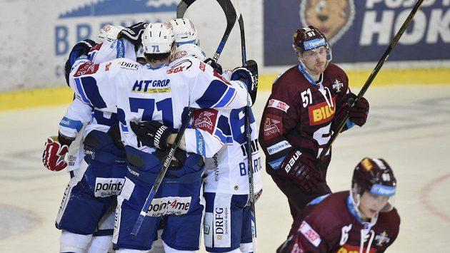 Hráči Brna se radují z gólu, vpravo je Jan Švrček ze Sparty.