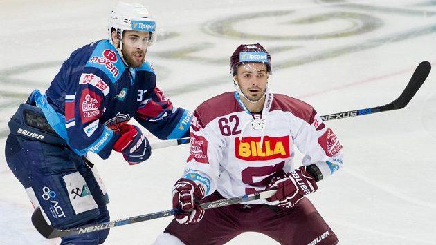 Michal Řepík proti Chomutovu debutoval v dresu Sparty. Na snímku s útočníkem Pirátů Michalem Poletínem.