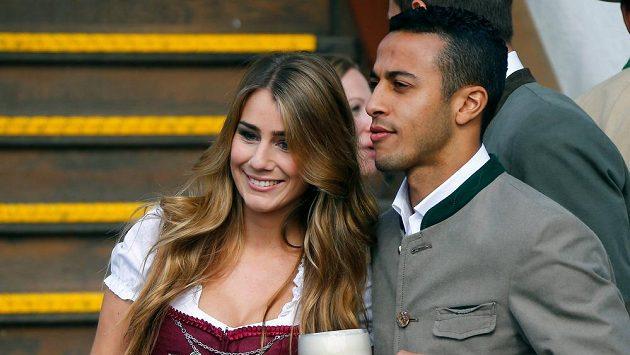 I Thiago Alcantara z Bayernu Mnichov navštívil spolu s manželkou Julií Vigasovou tradiční Oktoberfest.