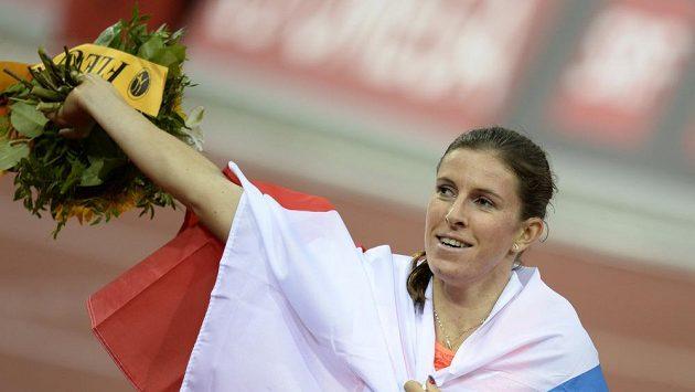 Zuzana Hejnová slaví vítězství v závodě na 400 metrů překážek na Diamantové lize v Curychu.