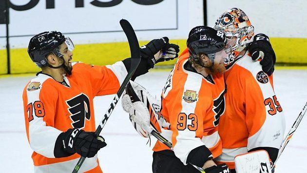 Hokejisté Philadelphia Flyers Steve Mason (35),Chris VandeVelde (76) a Jakub Voráček (93)slaví výhru nad Bostonem.