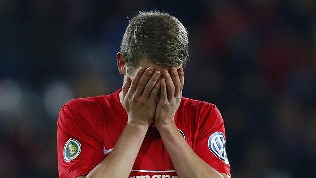 Smutný fotbalista Freiburgu Matthias Ginter.