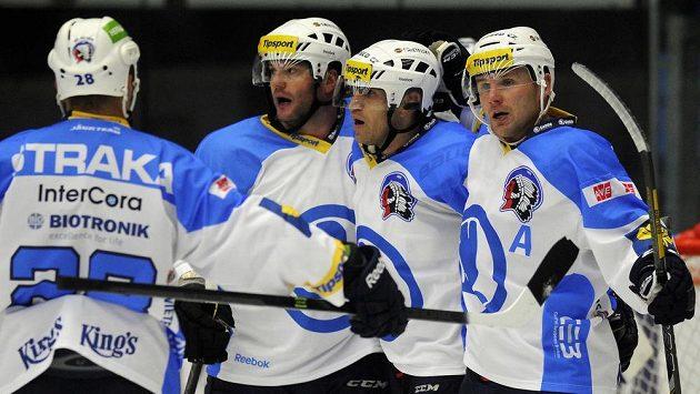 Hokejisté Plzně se radují z gólu proti Liberci.