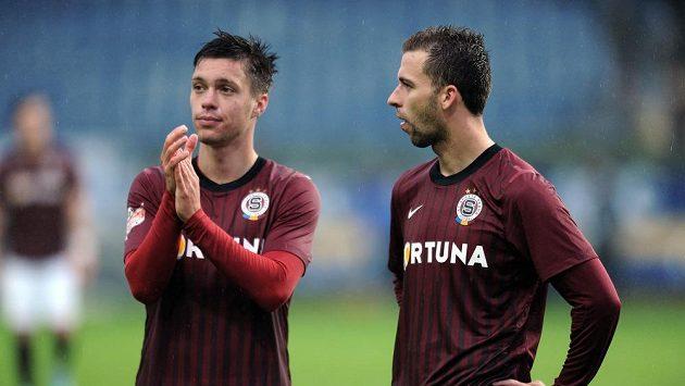 Hráči Sparty Praha Václav Kadlec (vlevo) a Josef Hušbauer děkují fanouškům po výhře nad Teplicemi.