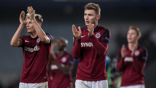 Fotbalisté Sparty Praha Jakub Brabec (vpravo) a Ladislav Krejčí děkují fanouškům po zápase s Laziem.