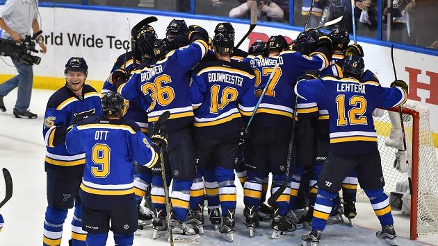 Hokejisté St. Louis vyřadili v prvním kole Stanleyova poháru obhájce trofeje z Chicaga.