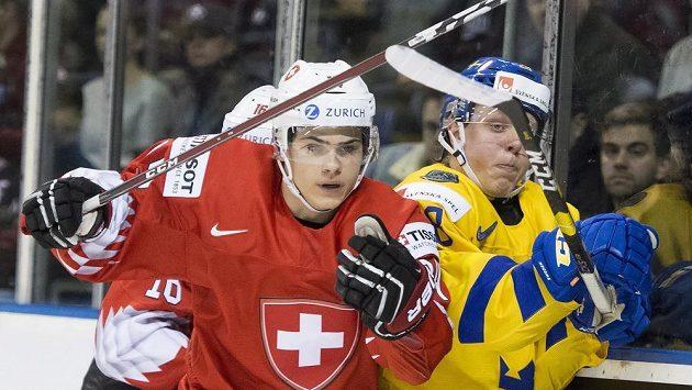 Švýcar Sandro Schmid a Švéd Fabian Zetterlund (vpravo) ve čtvrtfinále MS do 20 let.