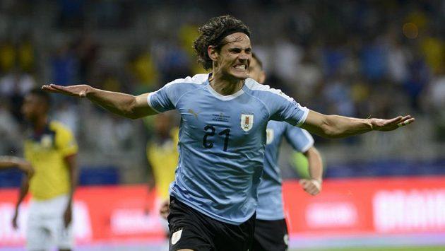 Uruguayský fotbalista Edinson Cavani se raduje z gólu proti Ekvádoru.