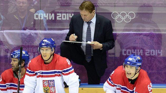 Útočník David Krejčí (druhý zleva) sleduje počínání spoluhráčů na ledě během utkání se Švýcarskem. Vzadu je trenér Alois Hadamczik, vpravo povzbuzuje Jaromír Jágr.