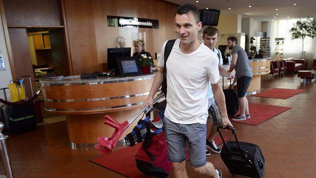 Český útočník David Lafata přišel na sraz fotbalové reprezentace před zápasy kvalifikace mistrovství Evropy s berlemi a ortézami.