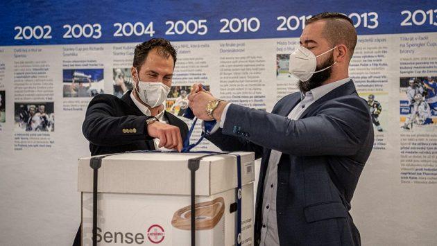 Hokejisté Vítkovic - Zbyněk Irgl (vlevo) a Roman Polák - přišli s dary pro covidové oddělení Fakultní nemocnice v Ostravě.
