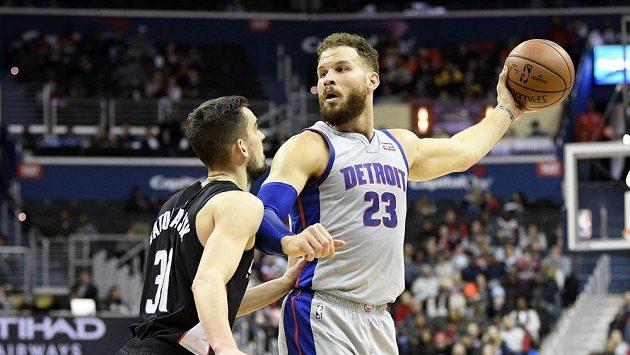 Basketbalista Detroitu Blake Griffin (23) bráněný Tomášem Satoranským z Washingtonu.