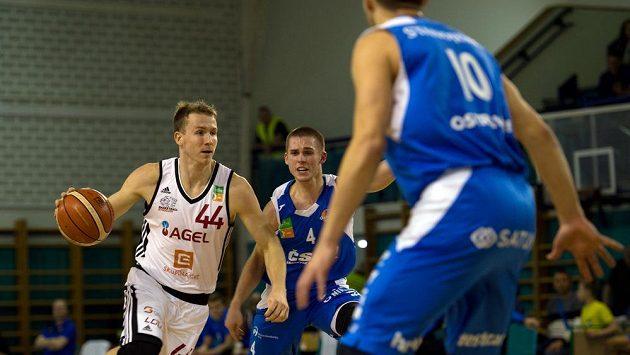 Tomáš Vyoral z Nymburku (vlevo) a Martin Nábělek a Milan Stanojevič z Ostravy v akci během utkání basketbalové ligy.