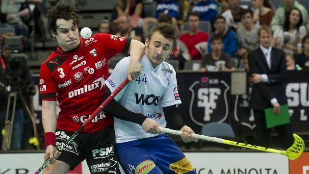 Michal Podhráský z Tatranu Střešovice (vlevo) v souboji s Lukášem Hájkem z Vítkovic během nedělního superfinále.
