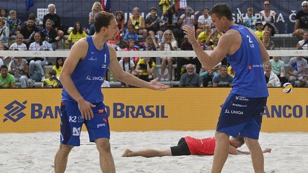 Turnaj Světového okruhu v plážovém volejbalu v Praze. Čeští reprezentanti Ondřej Perušič (vlevo) a David Schweiner v utkání proti Arturu Vasiljevovi a Robertu Juchnevicovi z Litvy.