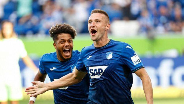 Pavel Kadeřábek (vpředu) se raduje z branky, kterou vstřelil v 6. kole Bundesligy do sítě Wolfsburgu. Na fotce společně se spoluhráčem Georginio Ruttem.