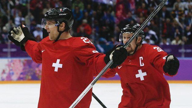 Švýcarský útočník Simon Bodenmann (vlevo) slaví se spoluhráčem Segerem gól v síti České republiky.
